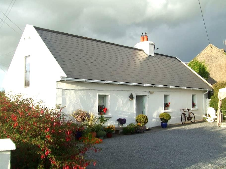 Artist's Cottage - Sleeps 4 - Corrandulla