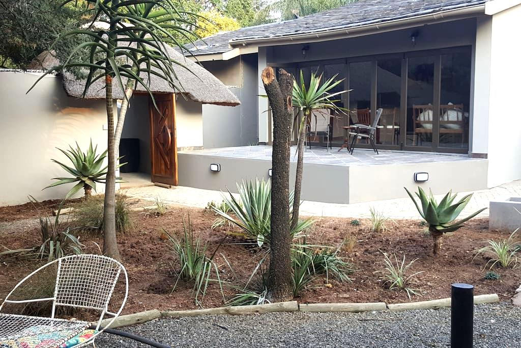 Aerotropolis Guest Lodge - Kempton Park - Bed & Breakfast