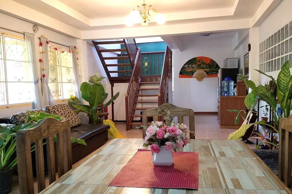 Private room + bath in beautiful home n. old city - Chiang Mai - House