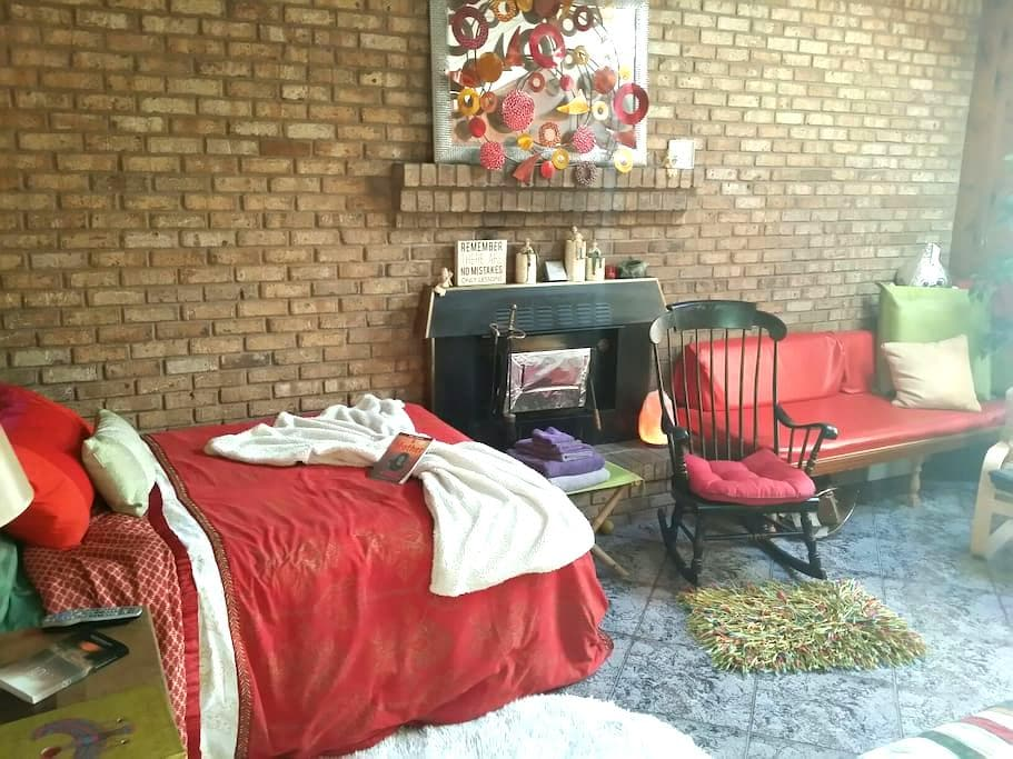 Vibrant yet Relaxing by Fireplace - Farmingville - Rumah