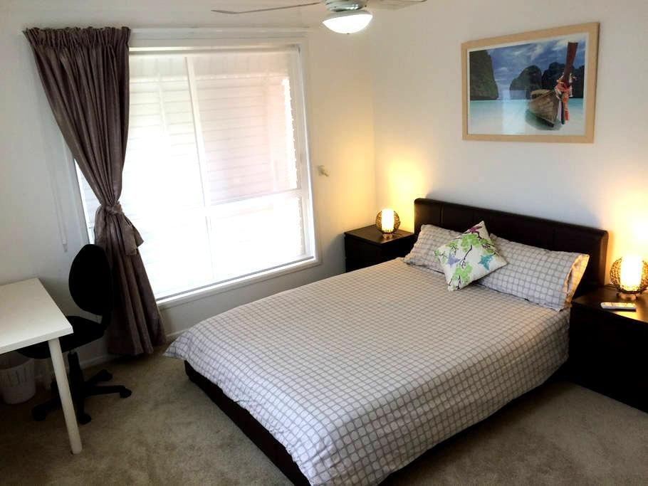 Queen size bed, Pvt bathroom & wifi - Bundamba - Гестхаус
