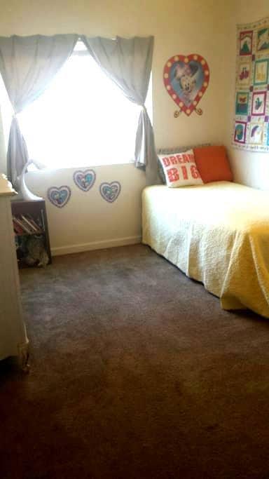 Affordable, Cozy Midtown Room - Reno - Apartment