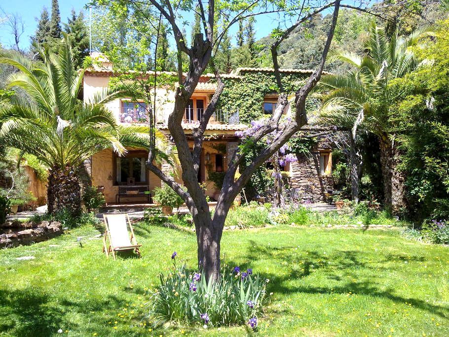 Casa con jardín dentro de un bosque - Pitres