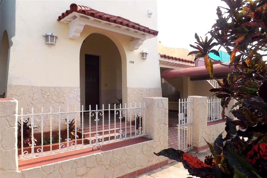 Amplia habitación doble en Miramar - La Habana - Гестхаус
