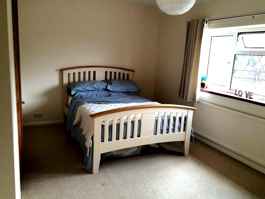 Bright, comfy friendly home parking - Berkhamsted