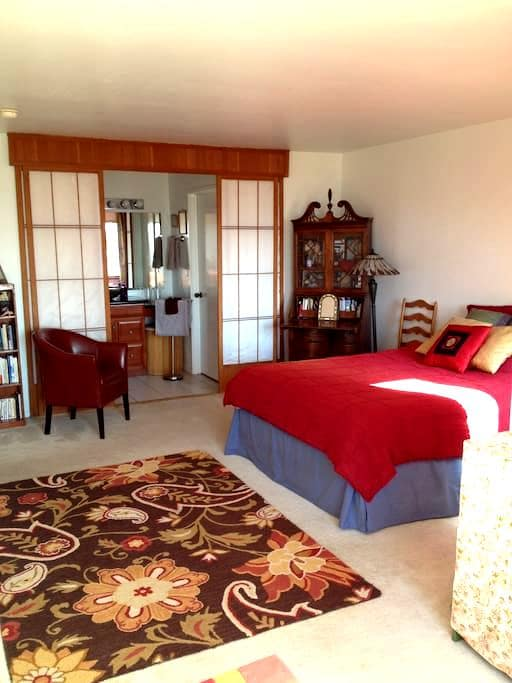 Large bedroom w' private bathroom - Albany - Apartment