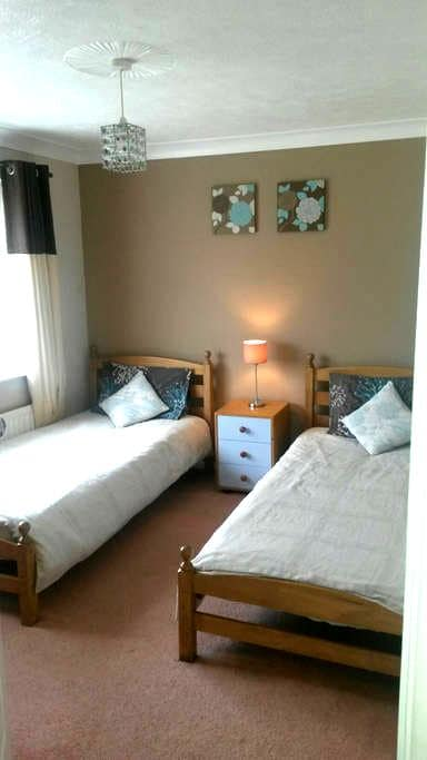 Cosy twin room over-looking large garden - Hastings - Hus