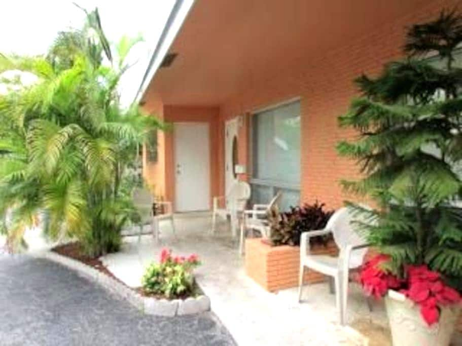 SunnyHome 1.5 Miles From The Beach3 - Fort Lauderdale - Bed & Breakfast