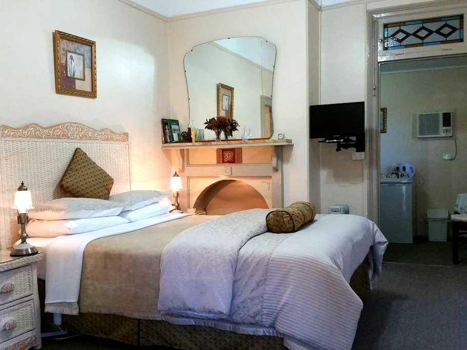 Queen Victoria Suite - Boutique Motel Sefton House - Tumut - Rumah Tamu