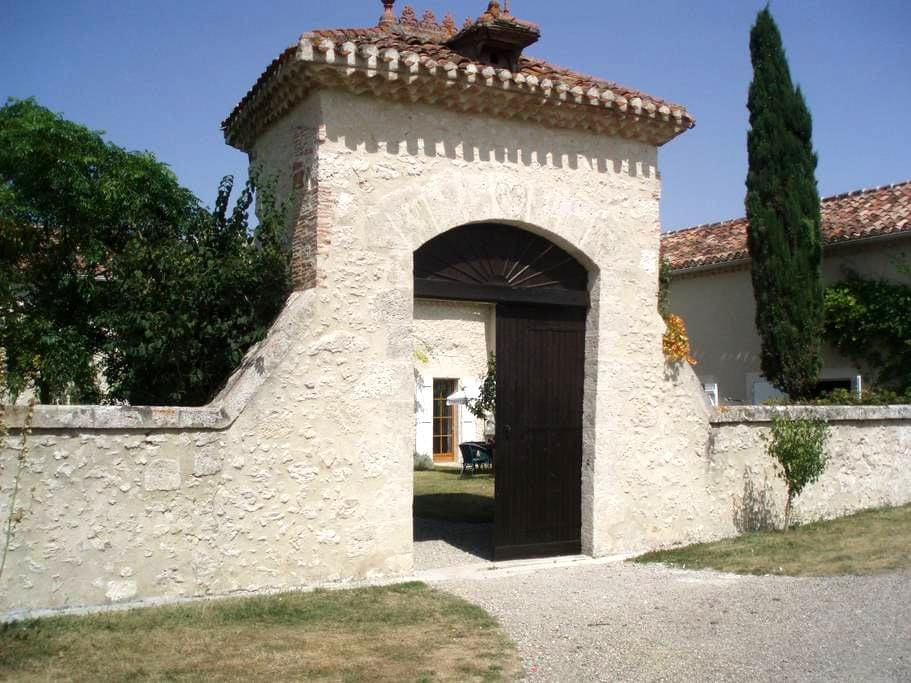 Superb renovated house in Gascony - Condom - Bed & Breakfast