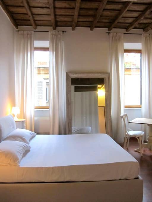 Romantic Suite near Spanish Steps! - Roma - Apartment