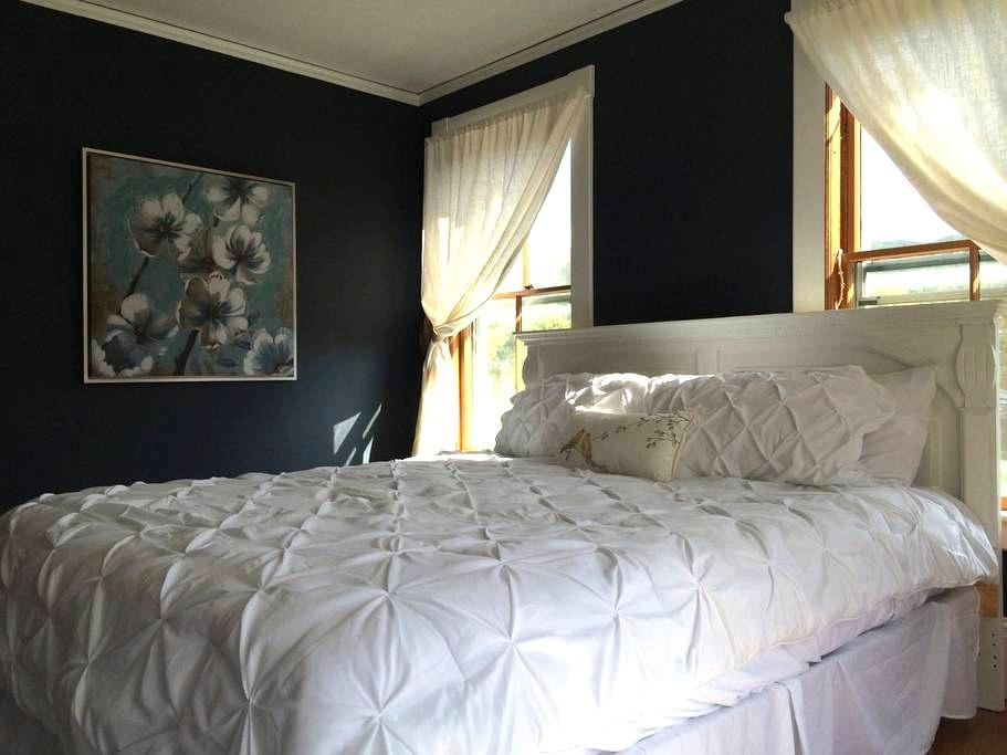 Little House Inn - Waimea Room (king bed) - Rumney
