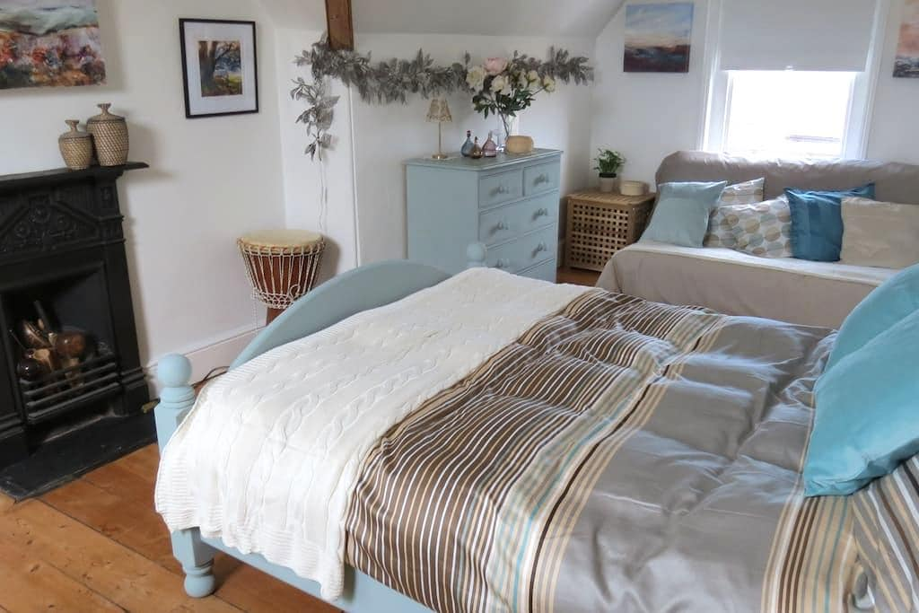 Airy studio has db, futon & ensuite - Wellington - Bed & Breakfast