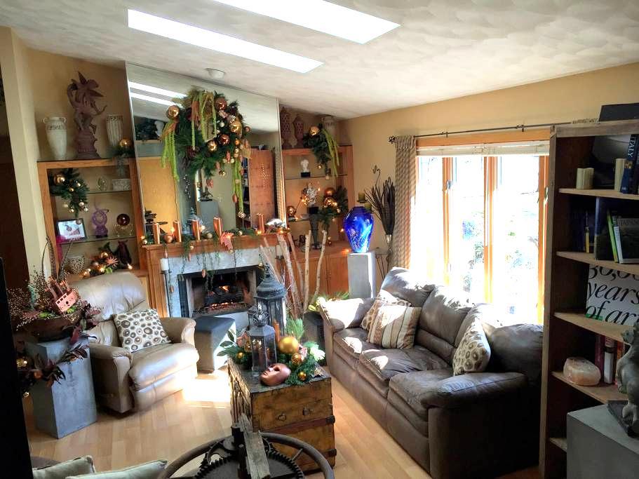 Artist's Home & Woodland Garden - Janesville - Hus