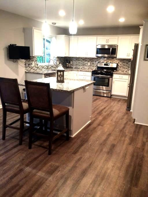Newly remodeled house! Great living and location! - Eagan - Huis
