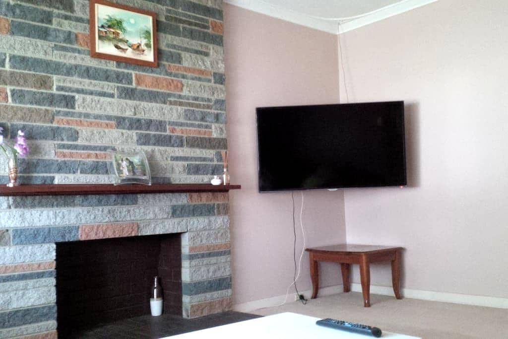 Traditional & Convenience Queen Private Bedroom - Cloverdale - Casa