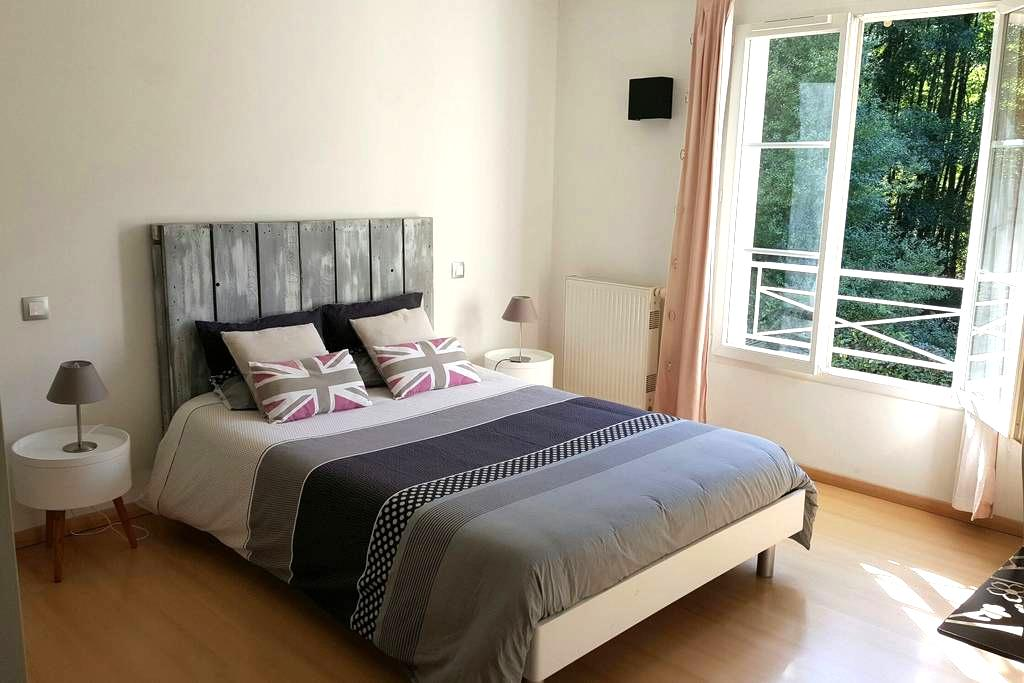 Parental bedroom with bathroom and breakfast - Élancourt - Bed & Breakfast