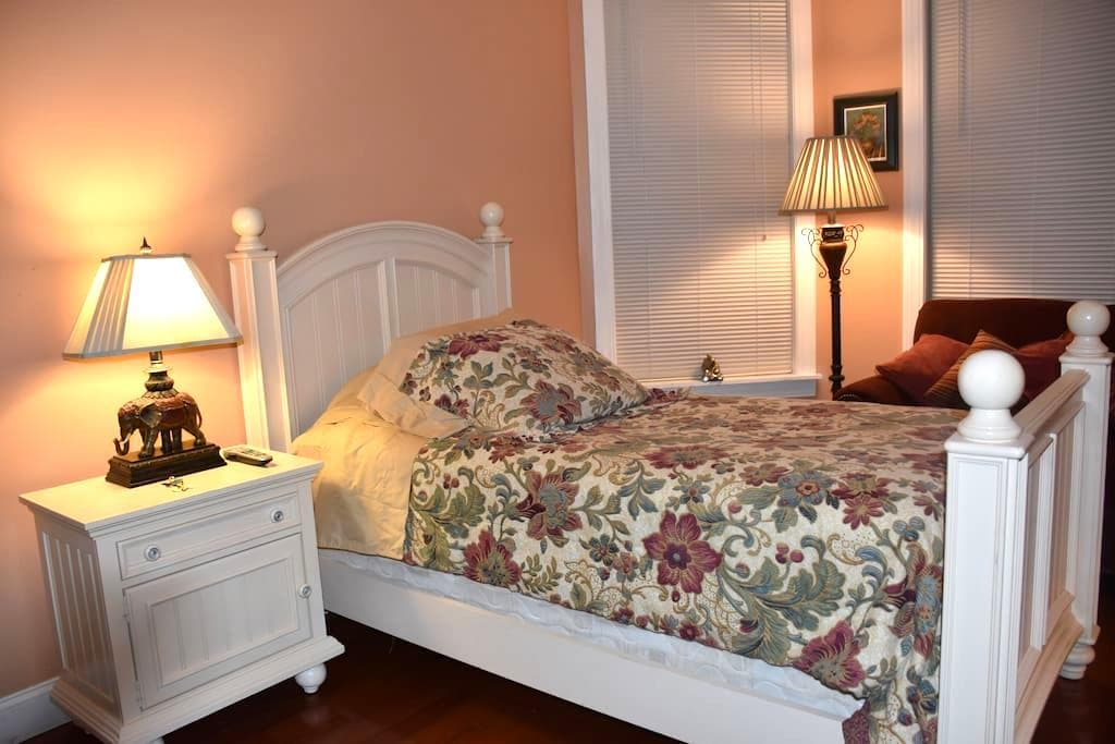 Private room in downtown with private entry. - Stamford - Maison