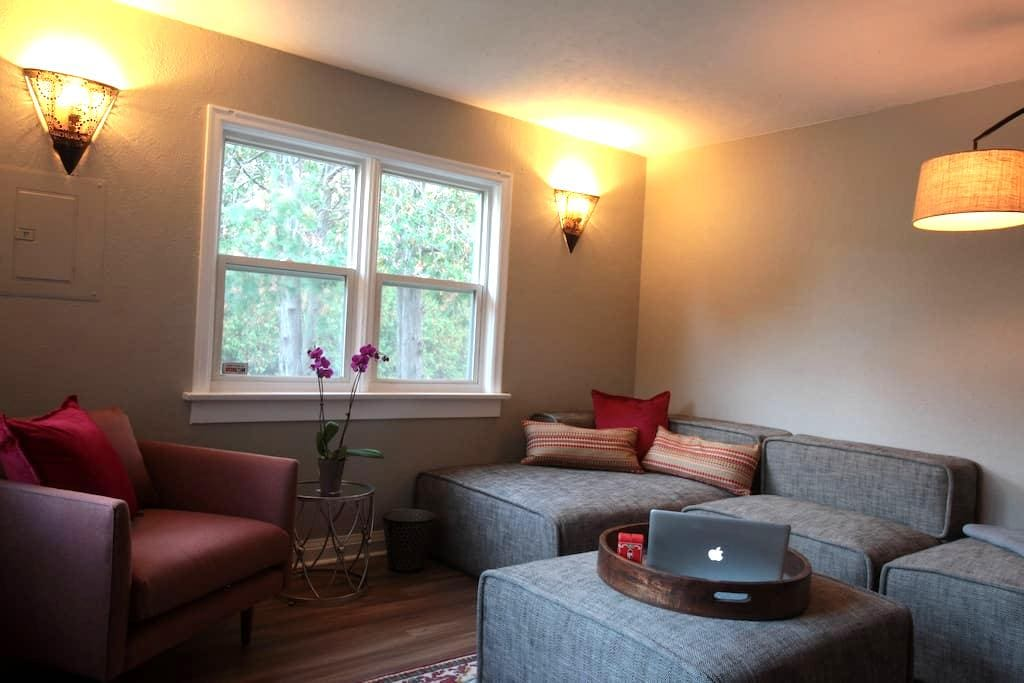 LUXURY Executive Flat near Downtown - Kitchener - Lägenhet