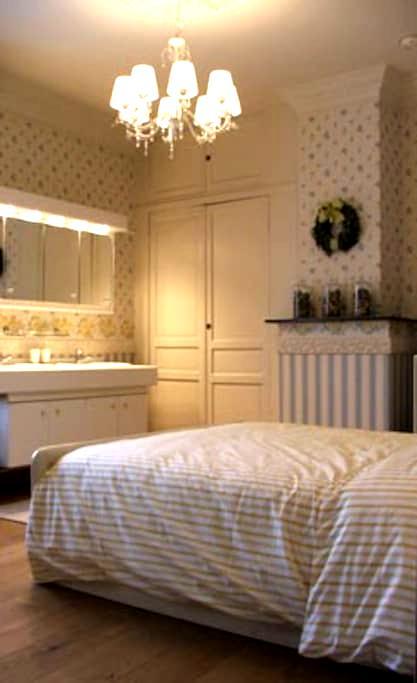 ruime kamer met dubbele lavabo - Kortrijk - Pousada