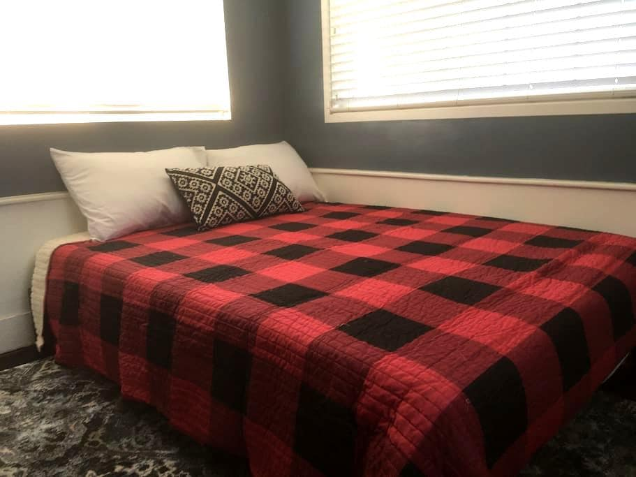 Small 72 Square-Foot Private Room - Lindsay - House