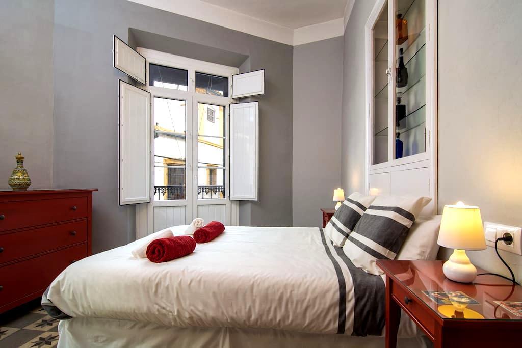 SANTA CRUZ NEIGHBORHOOD, 2 BEDROOMS, HUGE TERRACE - Sevilla - Appartement
