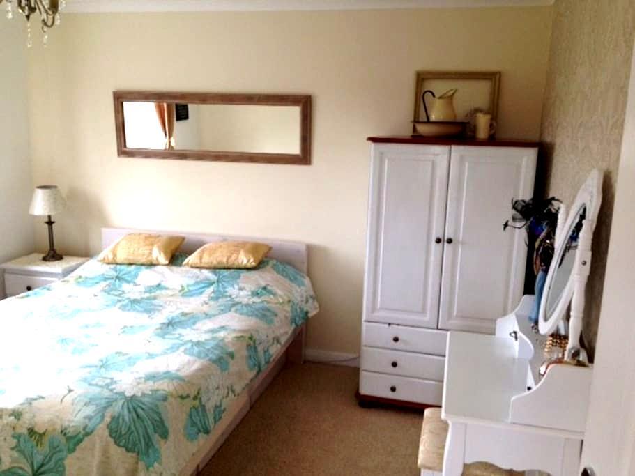 Private Room in excellent location - Newbury - Casa