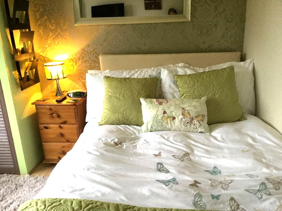 Cosy room overlooking large garden. - Bournemouth - Penzion (B&B)