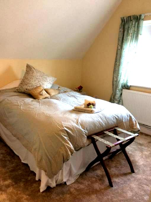 Gorgeous double bedroom - Woolpit