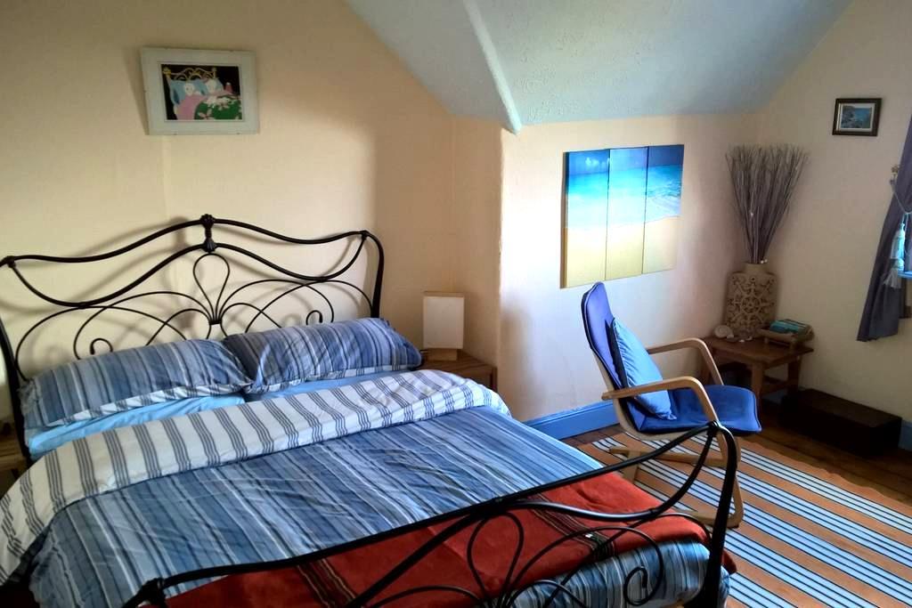 Room 3 - Double attic room sea view - Barry - บ้าน