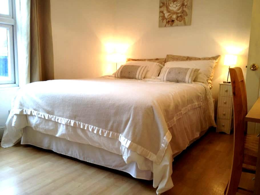 Welcoming double room in a Victorian house - Cambridge