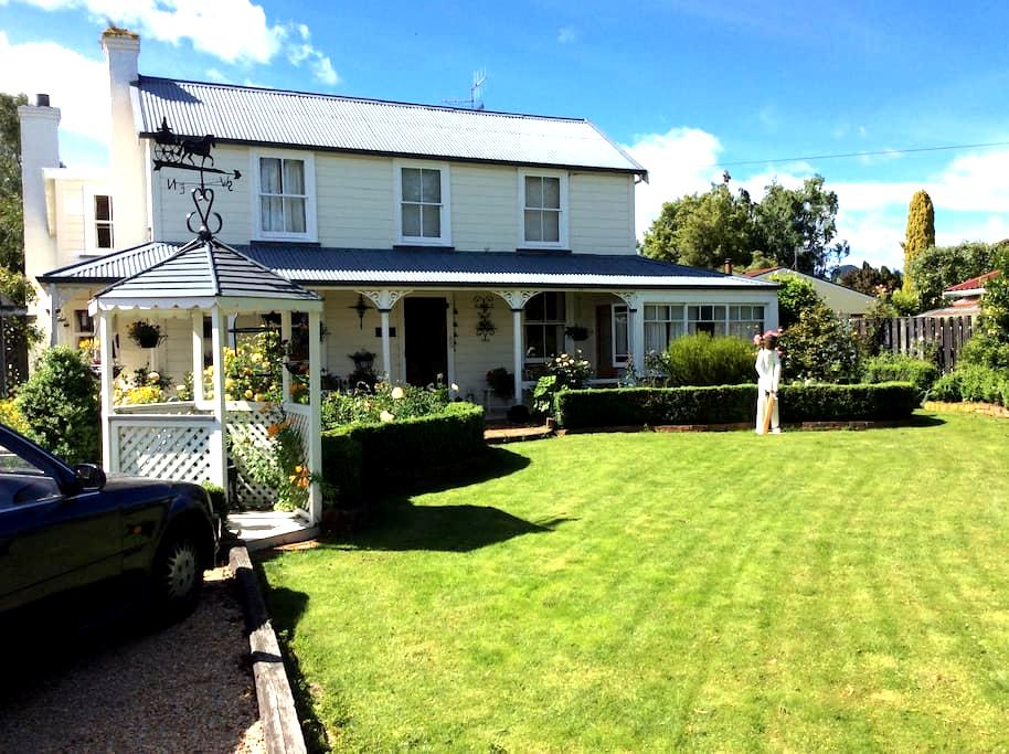 Charming and historic Brightwater homestead! - Brightwater