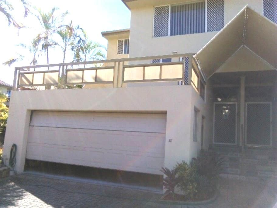 Friendly Runaway Bay Town House - Runaway Bay - Townhouse