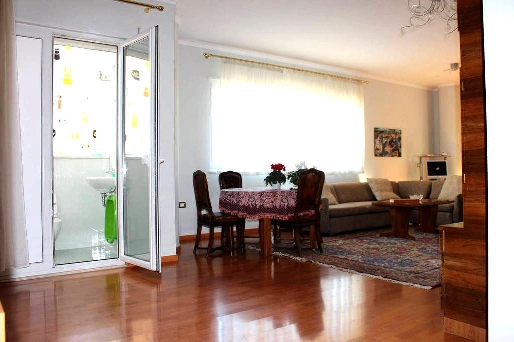 Two Bedroom Tirana Apartment with balcony - Tiranë - Huoneisto