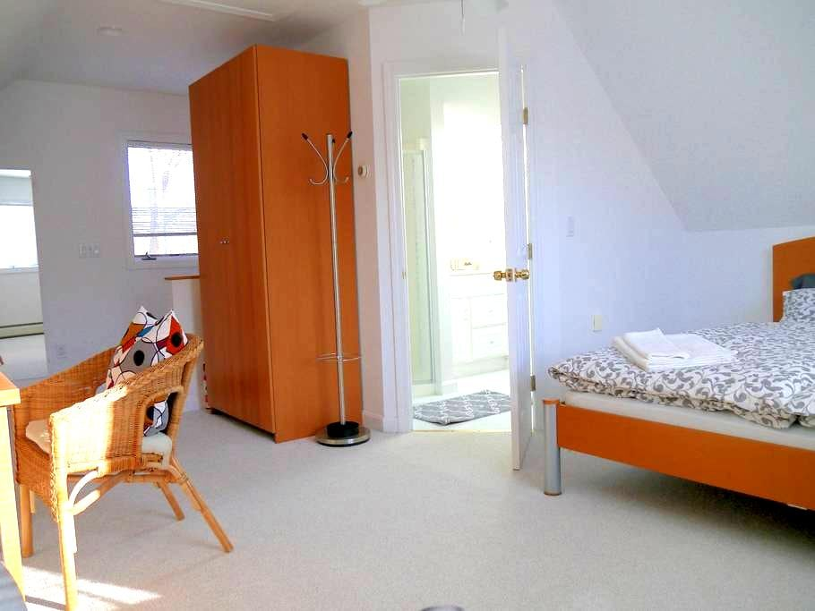 Modern, private room in quiet New North End suburb - Burlington - Dům