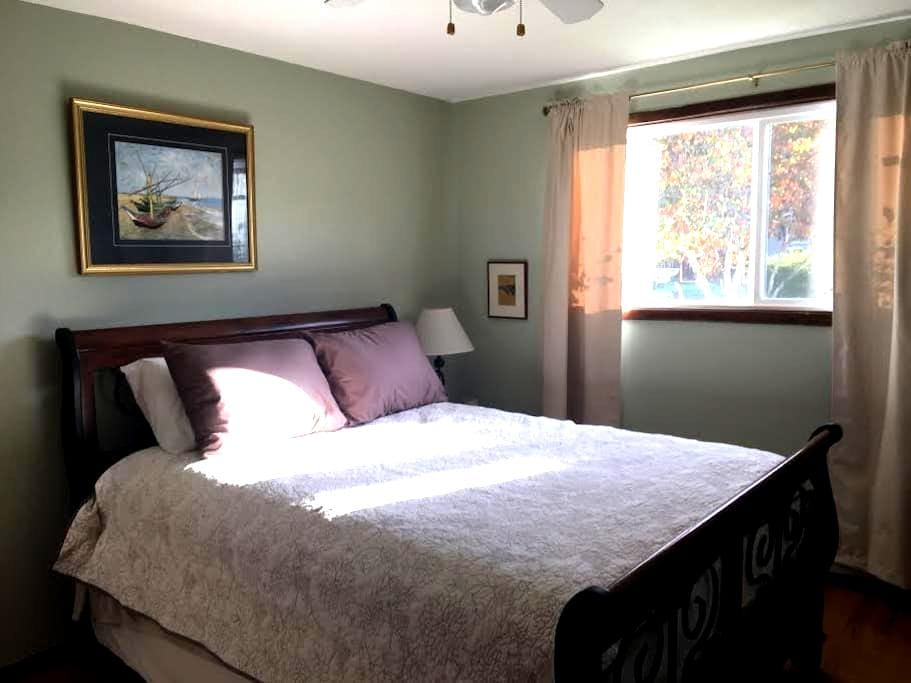 Lovely Bluff room, private entrance, kitchenette - Oregon City - Huis