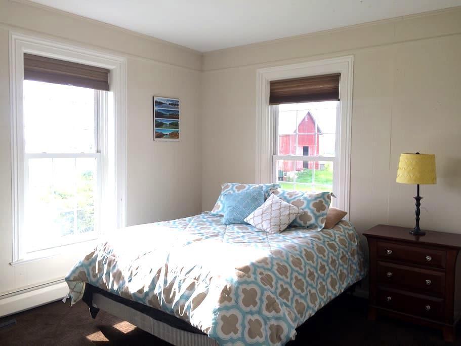 Private bedroom in Colonial home - Seneca Falls - Ház