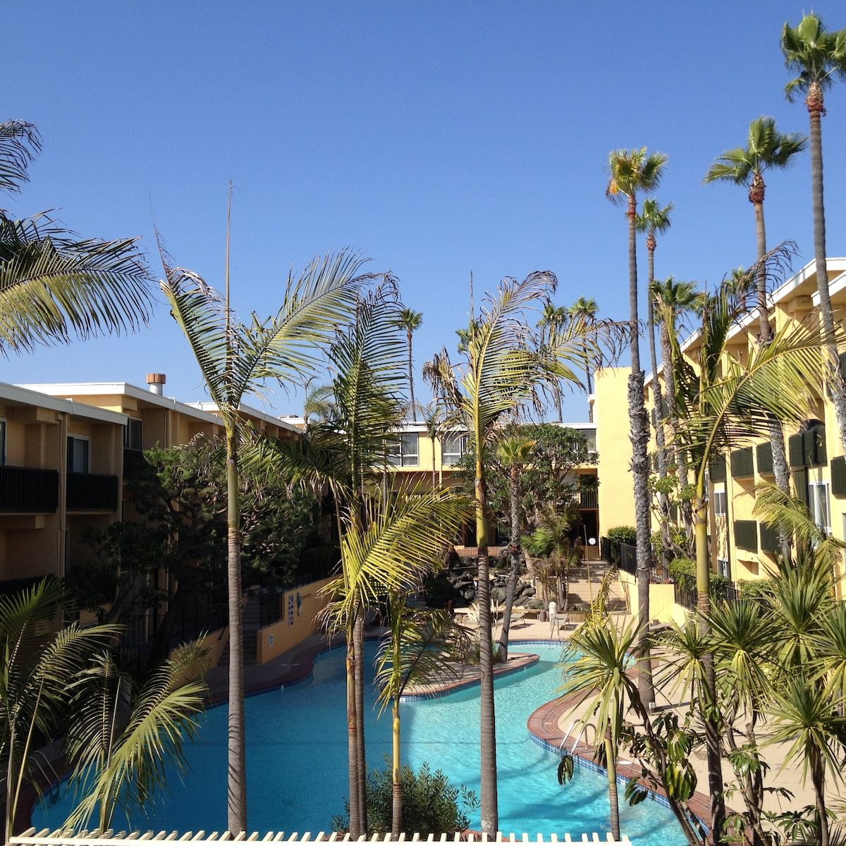 Great condo conveniently located near LAX and the