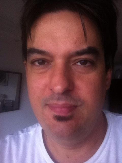 Juliano é músico e artista gráfico. Fala inglês, e