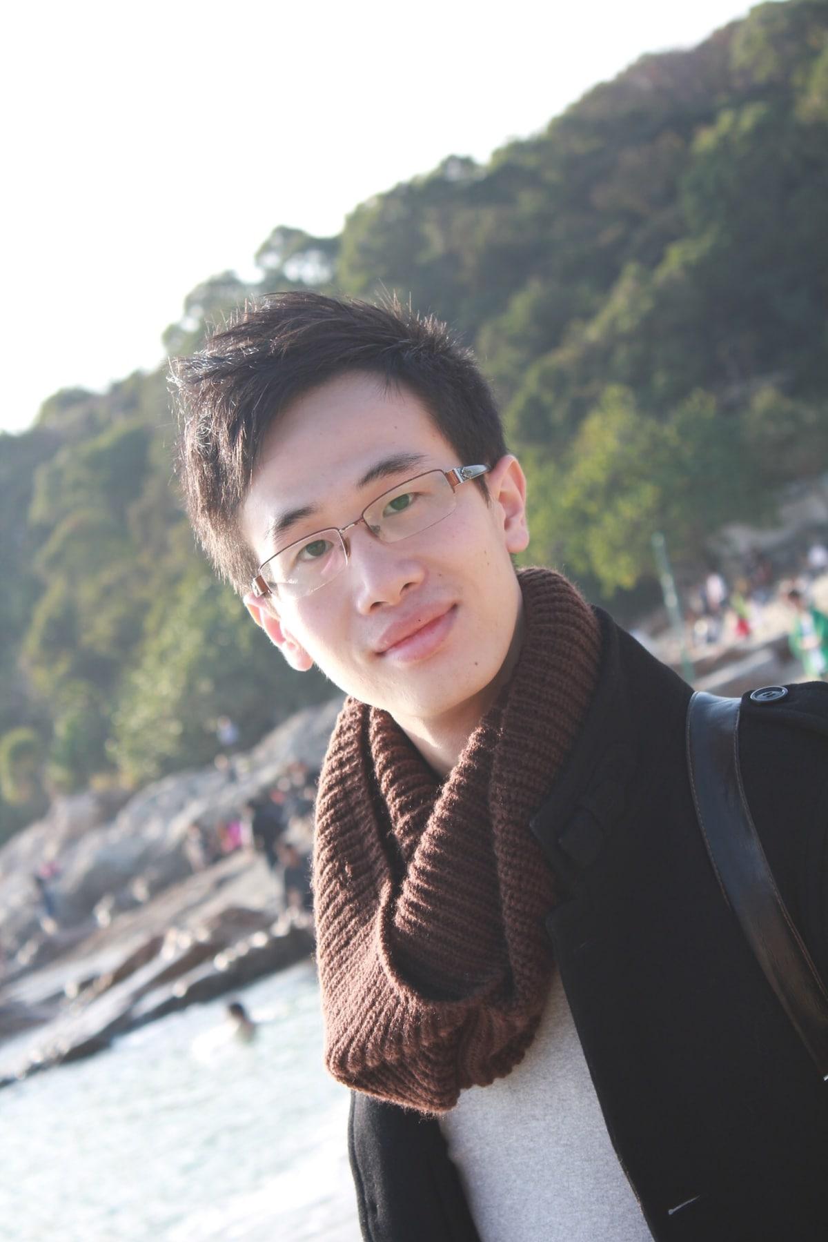 2009年從廣州來到香港讀大學,現在在香港工作。喜歡籃球、器乐、烹飪、寵物、戶外。 I came