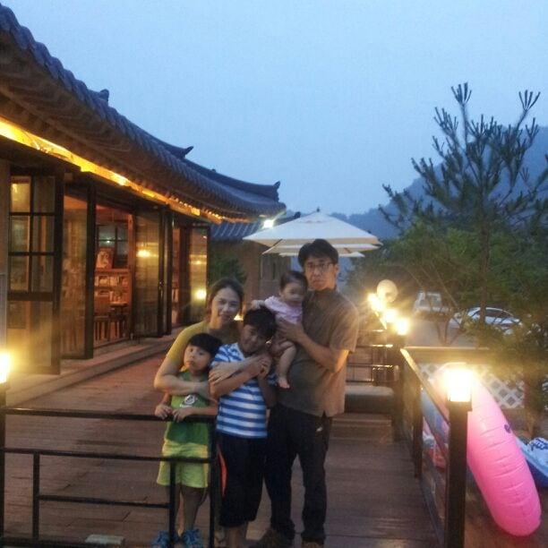 안녕하세요.   저희 가족은 수주면에서 소소정 한옥 스테이를 운영하고 있습니다. :)