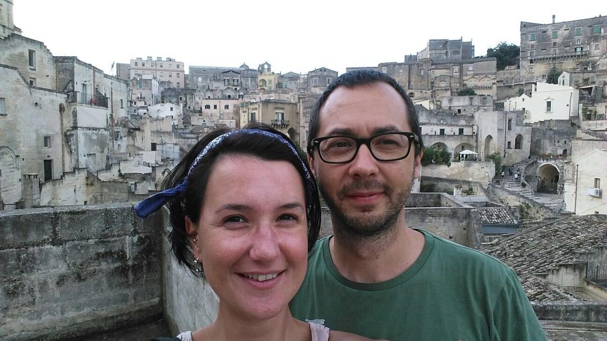 Ciao! siamo Patrizia e Pietro, una sociologa e un
