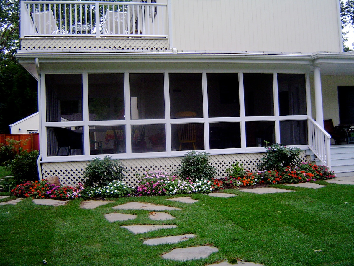 Screened Porch with tables, couch Large Jacuzzi. well maintained