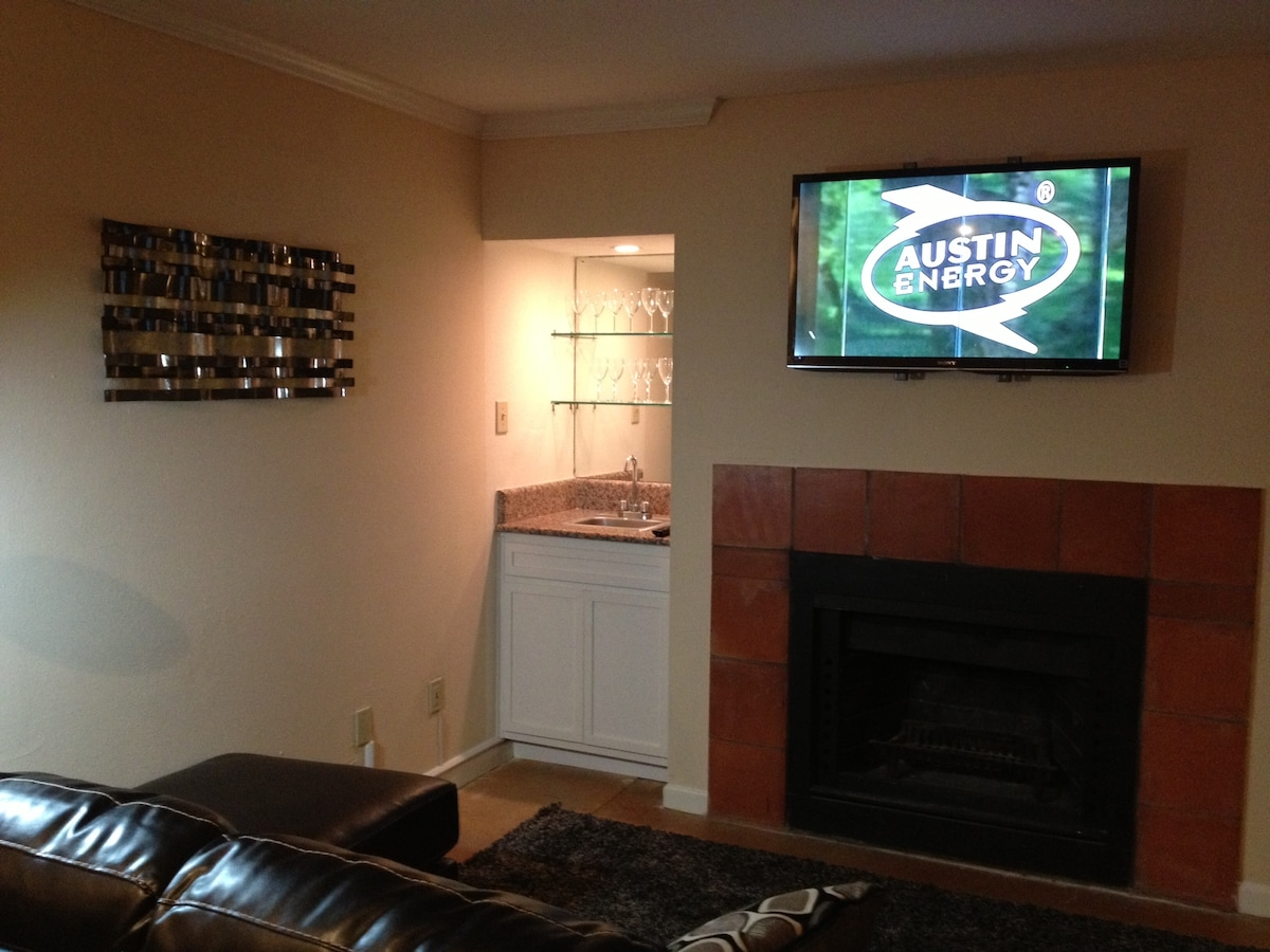 Fireplace and Wet Bar in Living Room as well as Flat Screen TV.