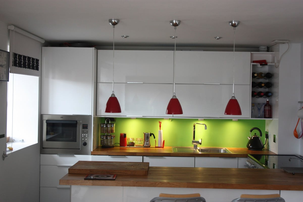 Fully equiped modern kitchen with range cooker and built in appliances.