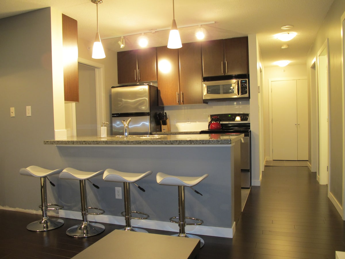 Kitchen: stainless steel appliances incl. dishwasher, granite counter top, double sink, garborator