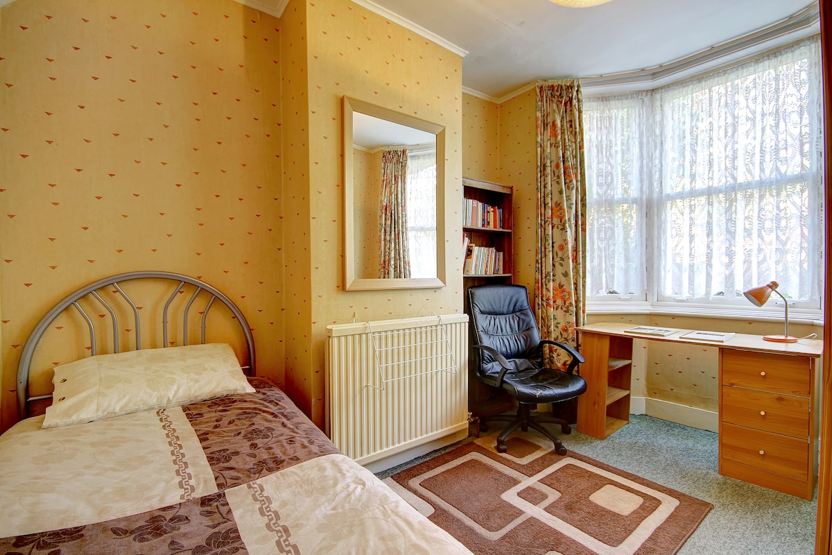 Comfortable and Quiet Cosy Room
