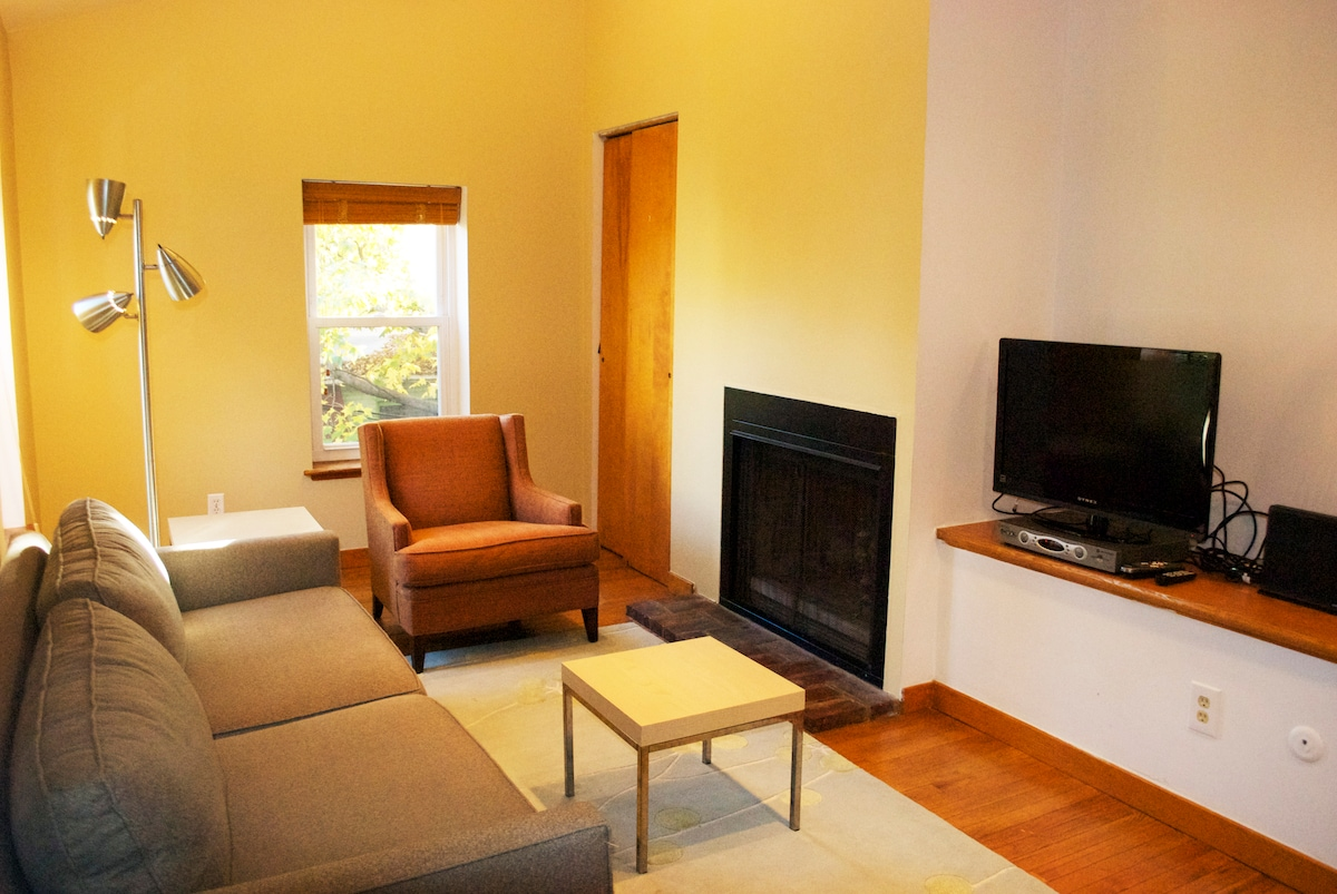 Livingroom with working fireplace, tv, wireless modem, cable box