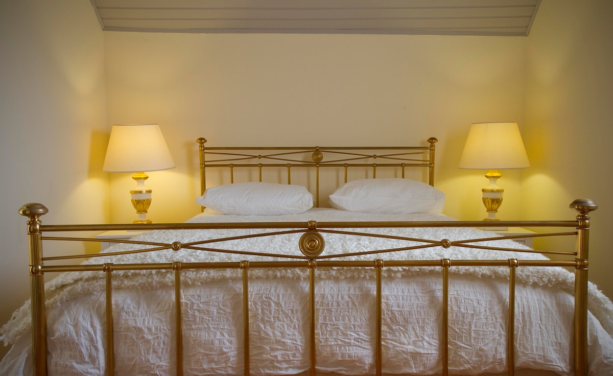 Sweet dreams in a romantic brass bed: Cosy mattress topper, 100% cotton sheets