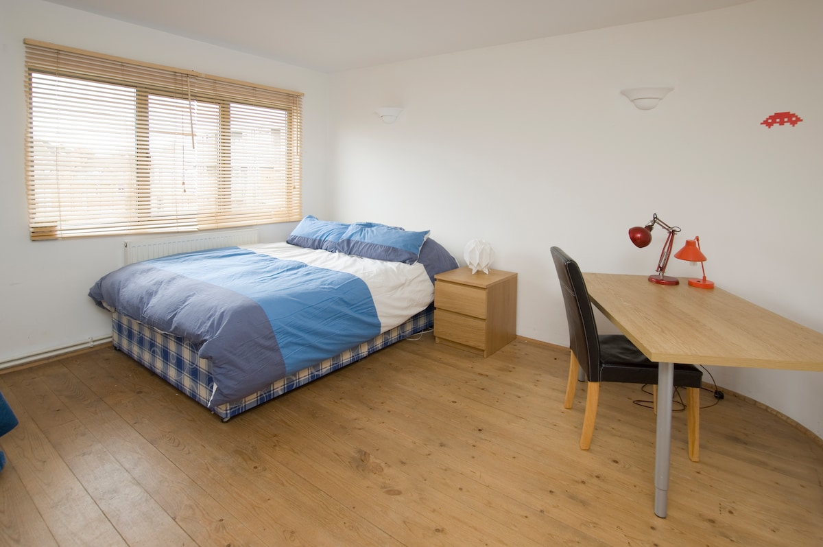 Bright double room in Hackney warehouse